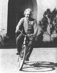 albert-einstein-auf-dem-fahrrad