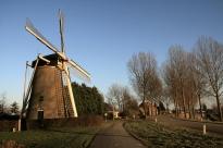 Den_Bommel_windmolen_De_Bommelaer_aan_de_dijk[1]